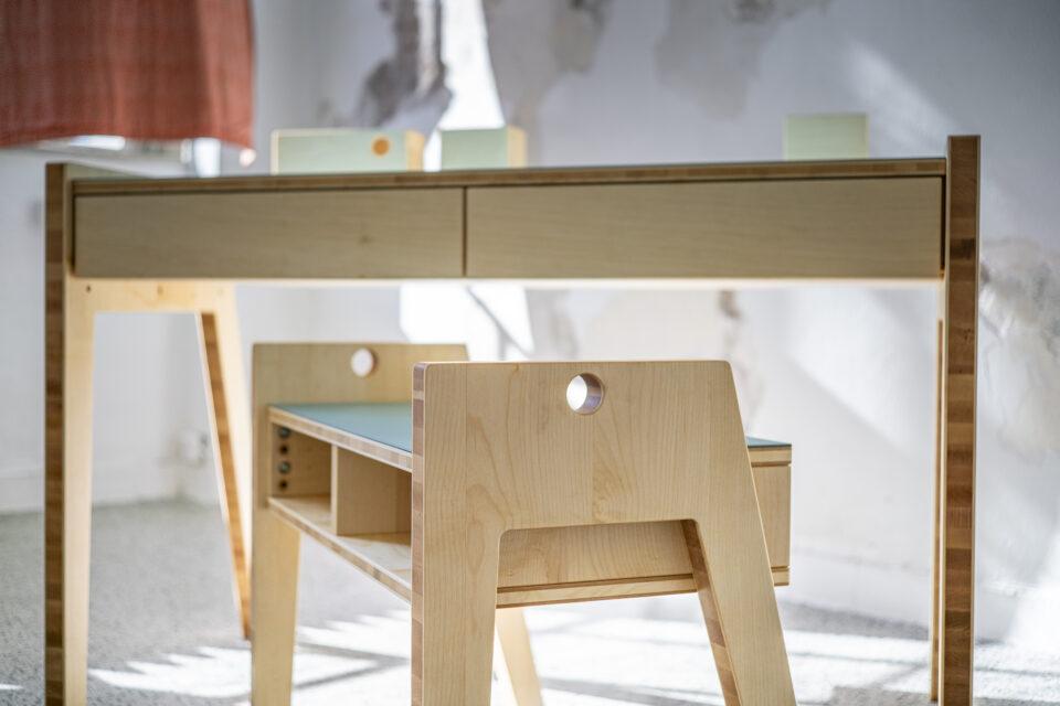 Produktfotografie: Kinderschreibtisch Janne und Hocker Bente (Ensemblefoto 1)